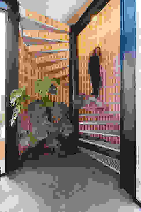 Escalera de caracol integrada en edificio antiguo. OOIIO Arquitectura Escaleras Hierro/Acero Metálico/Plateado