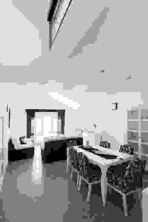 Salón amplio y luminoso en blancos y negros. OOIIO Arquitectura Salones de estilo moderno Hormigón Blanco