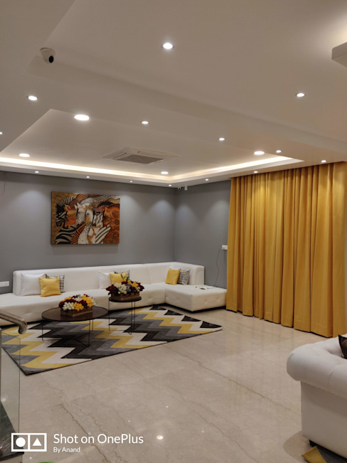 Contemporary Informal Living Room:  Living room by Enrich Interiors & Decors,