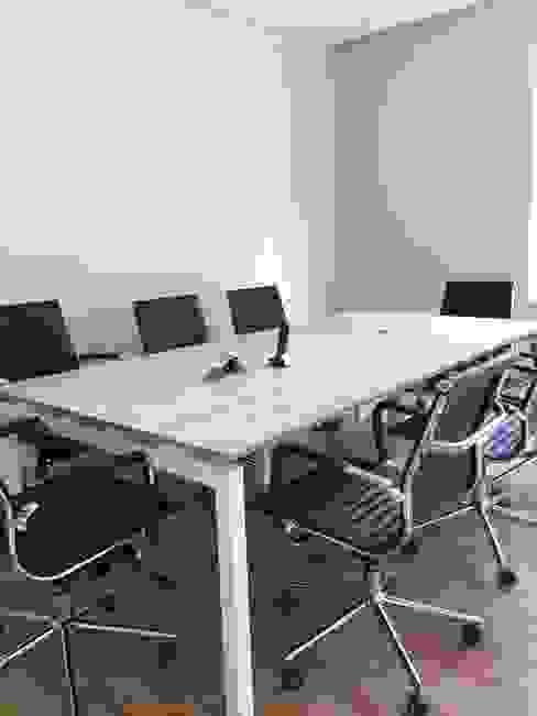 Sala de Juntas Final Estudios y despachos modernos de GREAT+MINI Moderno