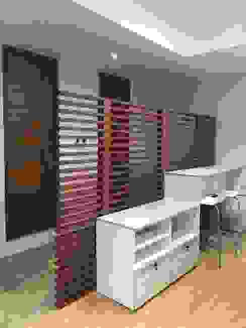 Barra de Alimentos y Muebles de almacenamiento Estudios y despachos modernos de GREAT+MINI Moderno Compuestos de madera y plástico