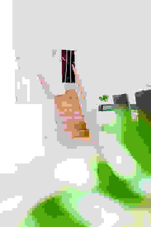 Moderne Holztreppe von T-raumKONZEPT - Interior Design im Raum Nürnberg Modern Holz Holznachbildung