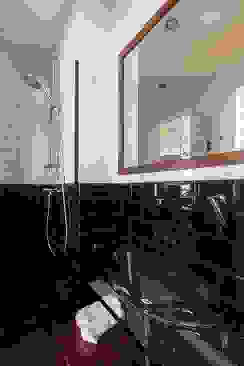 Banheiro de suíte em tons escuros INÁ Arquitetura Minimalist bathroom