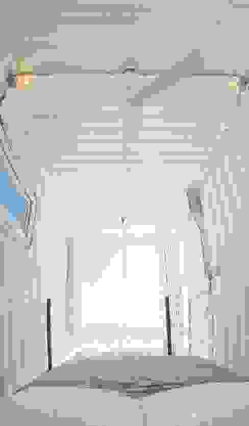 Habitáculo S.O. e-Tower MRH Arquitectos Dormitorios pequeños Metal Blanco