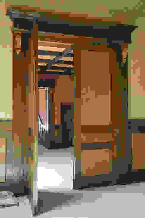 Zimmertür zweiflügelig 3,20m Durchgangshöhe:  Arbeitszimmer von Meyerfeldt Architektur & Innenarchitektur im Raum Hamburg,Rustikal