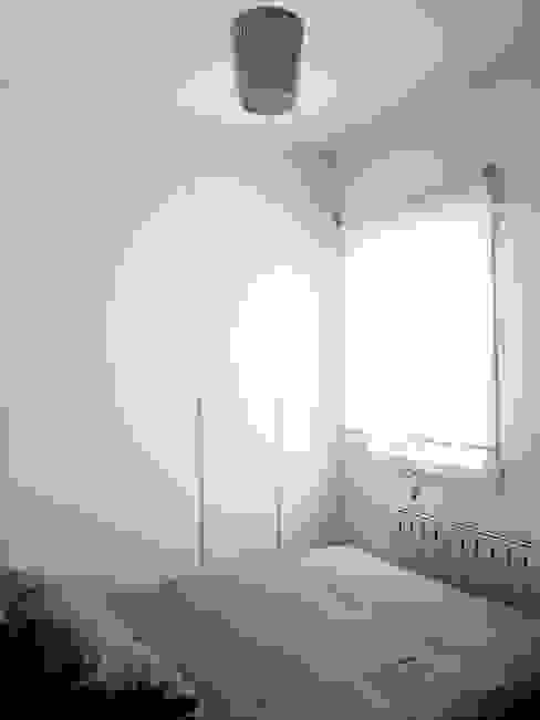 Dormitorio en color blanco Dormitorios de estilo moderno de Reformmia Moderno