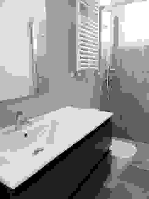 Baño en tonos grises Baños de estilo moderno de Reformmia Moderno