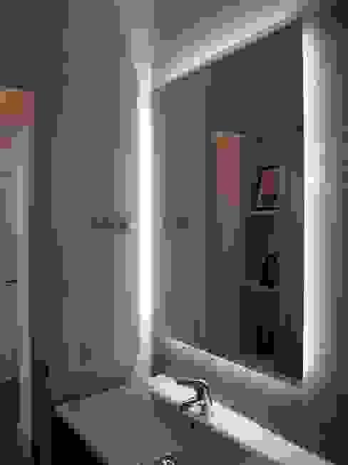 Baño con espejo retroiluminado Baños de estilo moderno de Reformmia Moderno