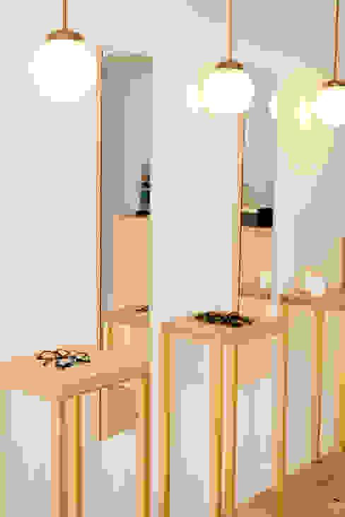 Expositores y espejos a medida para óptica de diseño. Seseña, Toledo Espacios comerciales de estilo escandinavo de CARMITA DESIGN diseño de interiores en Madrid Escandinavo Madera Acabado en madera