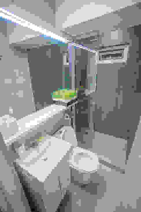 Transforming Small Spaces Hayen Interiors Minimalist style bathroom Grey