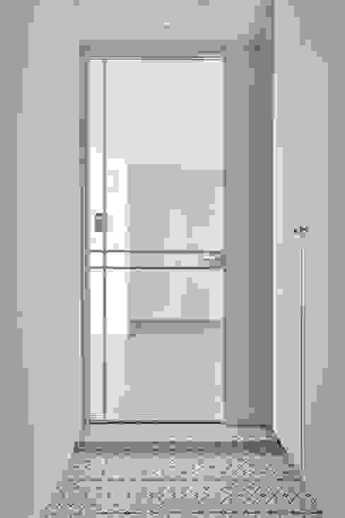 북유럽 풍 신혼집 인테리어 공간, 22평 작은 평수의 아파트 인테리어: BK Design Studio의  복도 & 현관