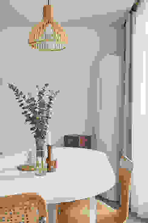 북유럽 풍 신혼집 인테리어 공간, 22평 작은 평수의 아파트 인테리어: BK Design Studio의  발코니