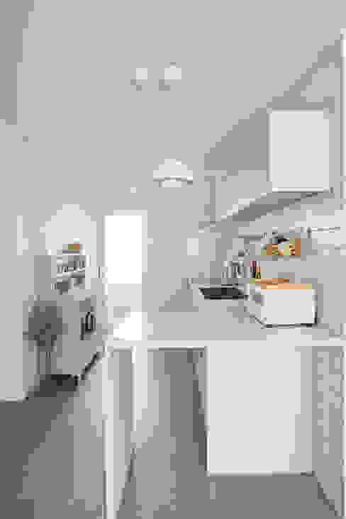 북유럽 풍 신혼집 인테리어 공간, 22평 작은 평수의 아파트 인테리어: BK Design Studio의  주방