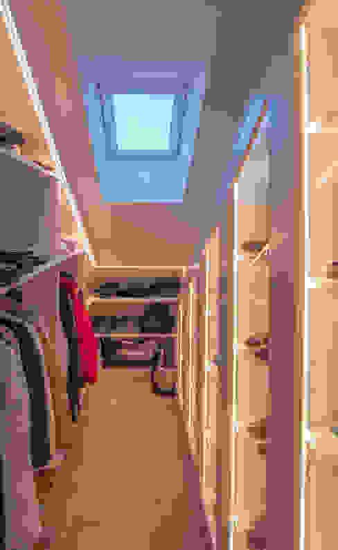 Modern dressing room by Moreno Licht mit Effekt - Lichtplaner Modern