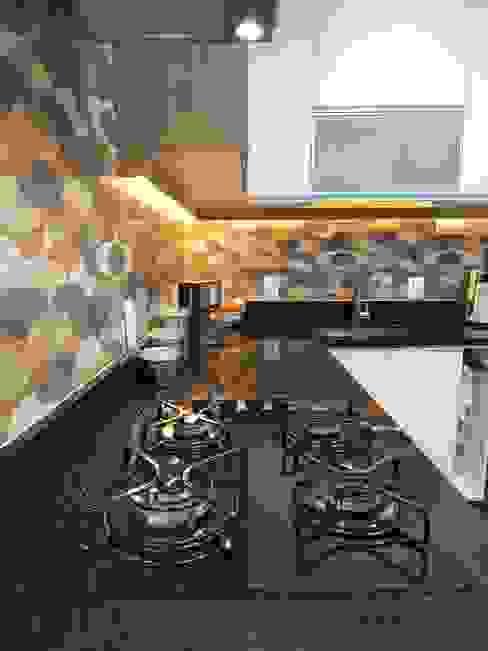 Cooktop com acabamento em vidro: Armários e bancadas de cozinha  por Biancardine Interiores,