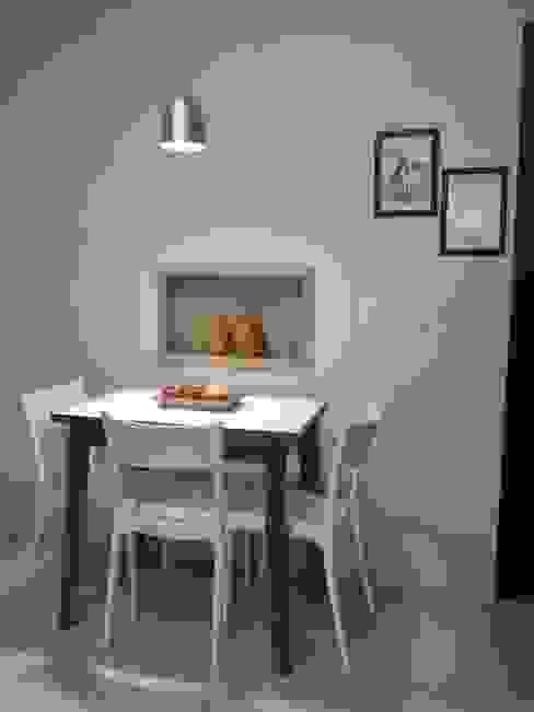 Espaço do café: Armários e bancadas de cozinha  por Biancardine Interiores,