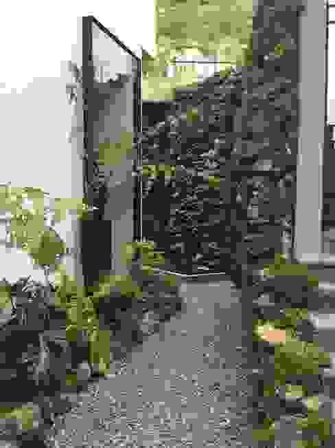 Vista del acceso posterior Huatan Jardines de estilo tropical