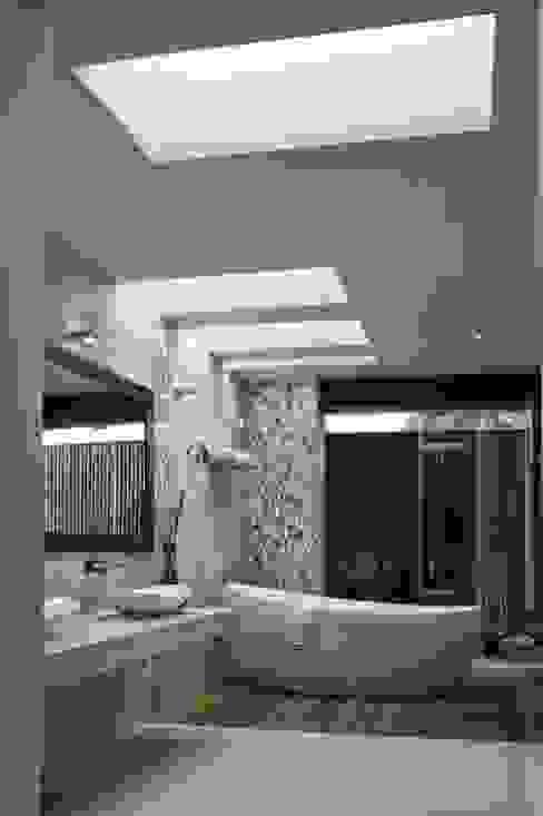 BAÑO PRINCIPAL ROA: Baños de estilo  por AIDA TRACONIS ARQUITECTOS EN MERIDA YUCATAN MEXICO, Moderno