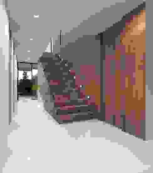 Nowoczesny korytarz, przedpokój i schody od Nuno Ladeiro, Arquitetura e Design Nowoczesny