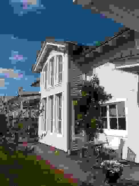 Zwerchgiebel mit Holzterrasse und überdachter Veranda - S2 Südstaatenflair Klassische Häuser von homify Klassisch Holz Holznachbildung