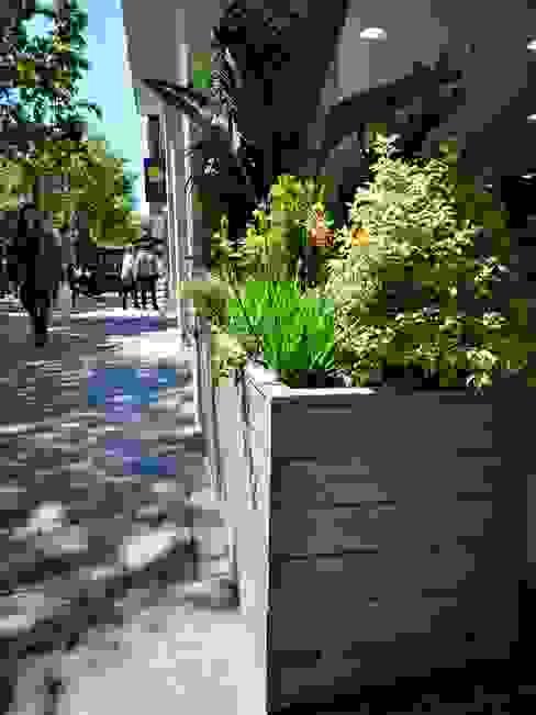 Jardinera de madera a medida en color gris piedra.: Pasillos y vestíbulos de estilo  de Nosaltres Toquem Fusta S.L.