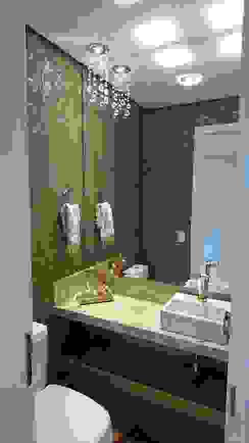 Lavabo em Marmore Travertino com papel de parede com arabesco lindo! Banheiros modernos por Tiede Arquitetos Moderno Prata/Ouro