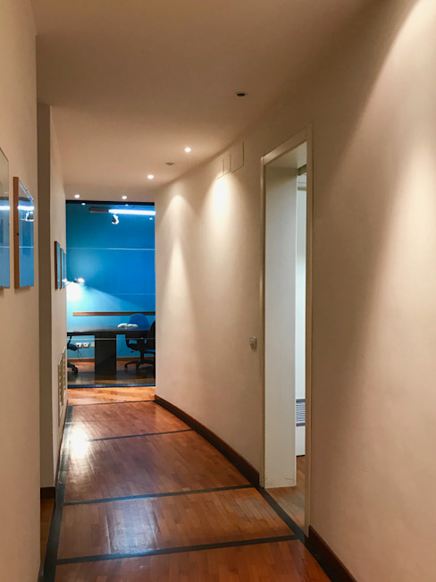 Corridor & hallway by MEF Architect,