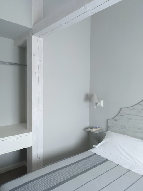 Dormitorio doble para una casa rural en Segovia CARMITA DESIGN diseño de interiores en Madrid Dormitorios de estilo mediterráneo Tablero DM Blanco