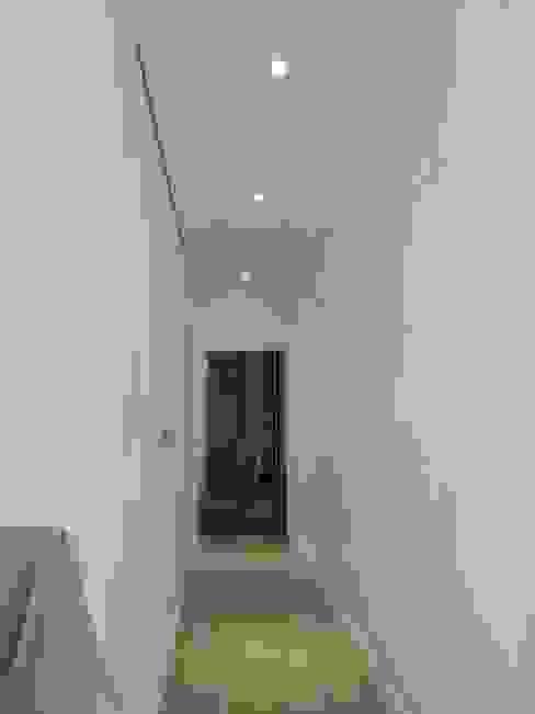 走道 Country style corridor, hallway& stairs by houseda Country پلائیووڈ