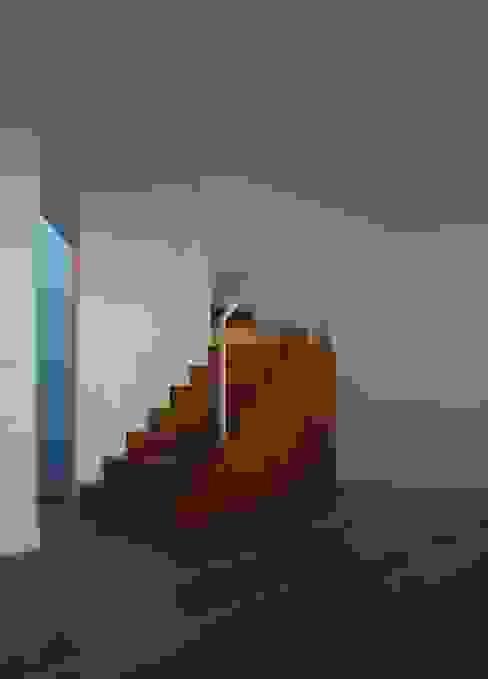 comienzo de escalera a modo de mueble de homify Moderno Madera Acabado en madera