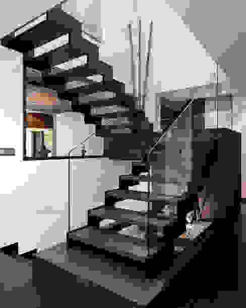 Escalera escultórica.: Escaleras de estilo  de arQmonia estudio, Arquitectos de interior, Asturias,