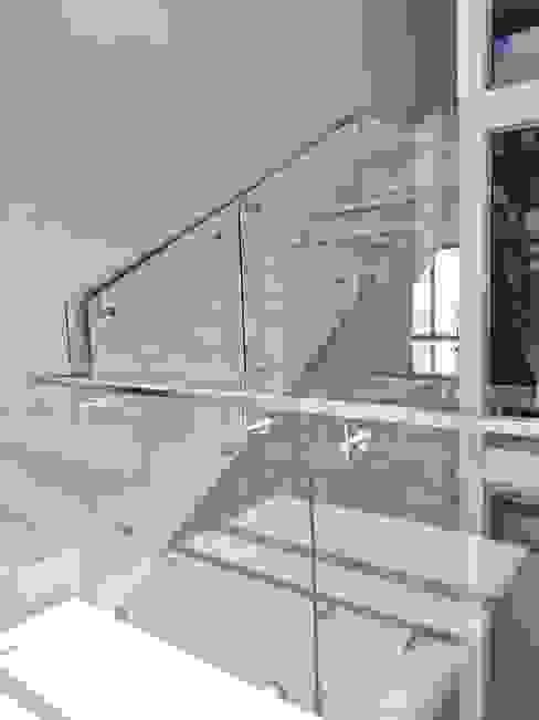 ราวบันไดกระจก แบบหมุดยึด: ทันสมัย  โดย บริษัท เดคอร่า (ไทยแลนด์) จำกัด, โมเดิร์น กระจกและแก้ว