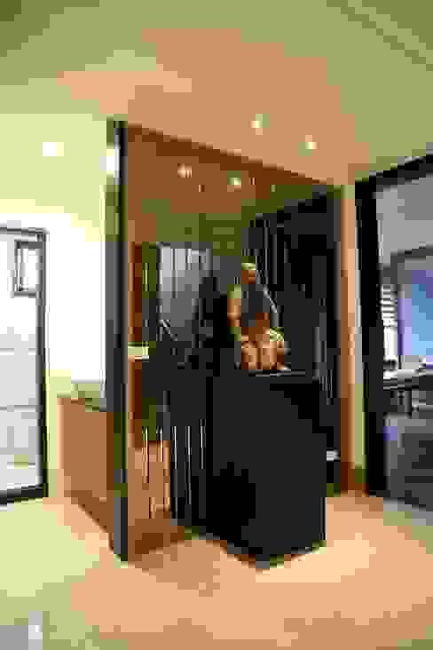 Corridor & hallway by 台中室內建築師|利程室內外裝飾 LICHENG, Asian