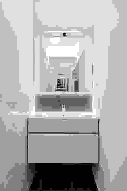Salle de bain moderne par B+P architetti Moderne