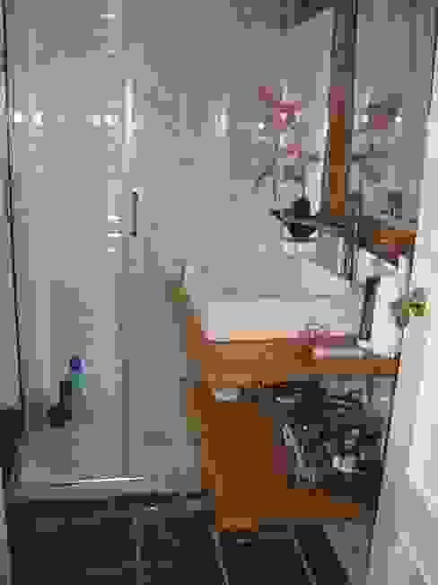 Reforma de un baño pequeño en Madrid Baños de estilo moderno de Almudena Madrid Interiorismo, diseño y decoración de interiores Moderno Derivados de madera Transparente