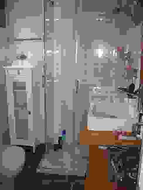 Reforma de un baño pequeño en Madrid: Baños de estilo  de Almudena Madrid Interiorismo, diseño y decoración de interiores,