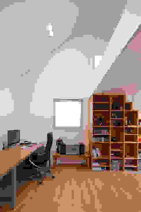 2층 작업실: 위드하임의  서재 & 사무실,