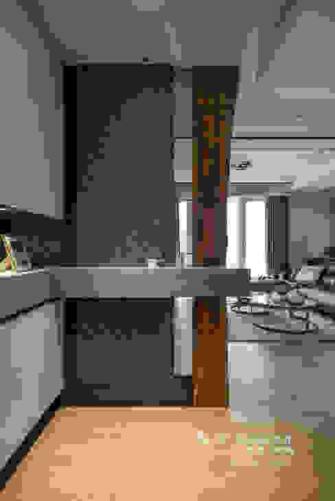Pasillos, vestíbulos y escaleras de estilo moderno de 木博士團隊/動念室內設計制作 Moderno