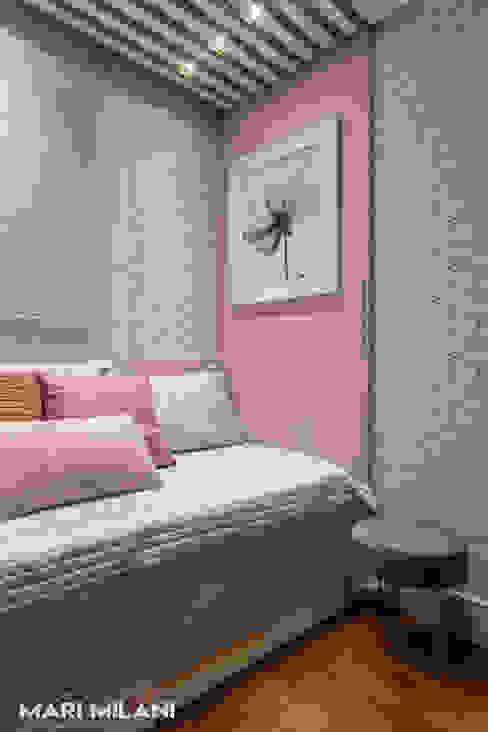 Dormitório feminino por Mari Milani Arquitetura & Interiores