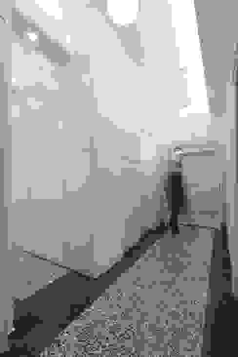 Corridoio verso l'ingresso con il grande mobile su misura Daniele Arcomano Ingresso, Corridoio & Scale in stile moderno Bianco