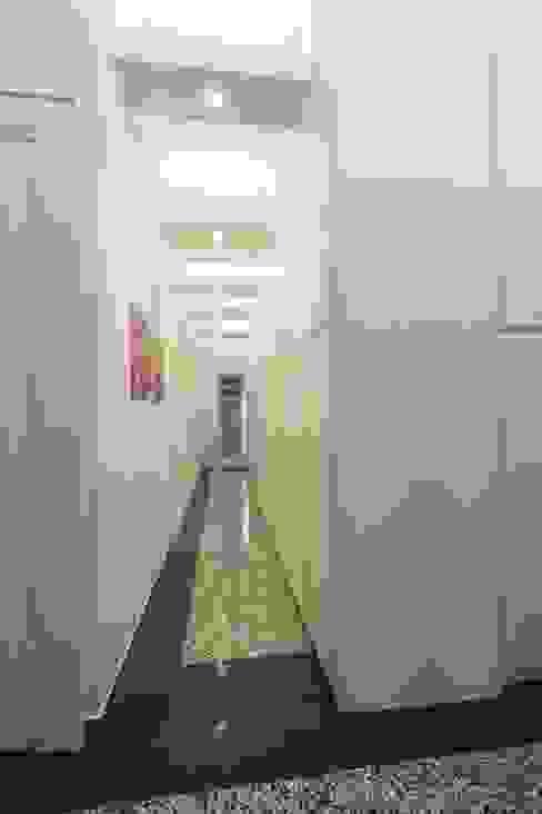 Corridoio verso la zona notte: Ingresso & Corridoio in stile  di Daniele Arcomano,