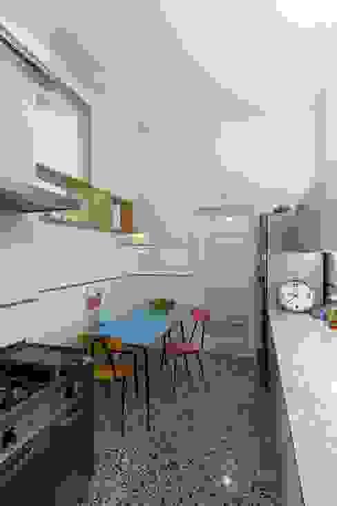 Cucina verso la porta di ingresso: Cucina attrezzata in stile  di Daniele Arcomano,