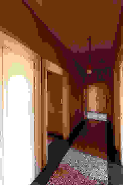 Foto ante operam corridoio verso ingresso:  in stile  di Daniele Arcomano,