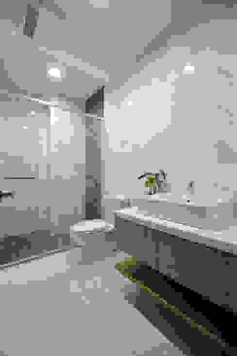 Phòng tắm phong cách hiện đại bởi houseda Hiện đại Gạch ốp lát