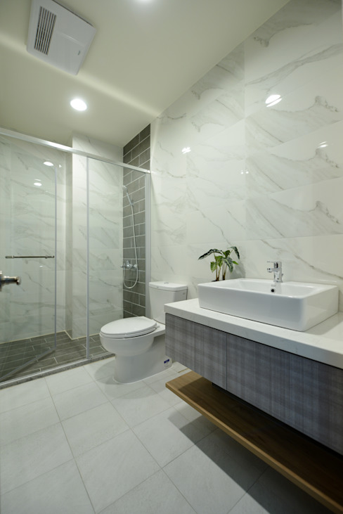 Bagno moderno di houseda Moderno Piastrelle
