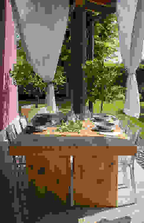TAVOLO IN ROVERE ANTICO BALDO TAVOLI Giardino in stile rustico Legno Effetto legno