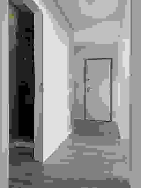 Pasillos, vestíbulos y escaleras modernos de CSR Moderno