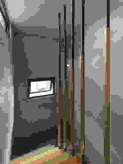 木耳生活藝術-建築作品/竹東・住宅 工業風的玄關、走廊與階梯 根據 木耳生活藝術 工業風