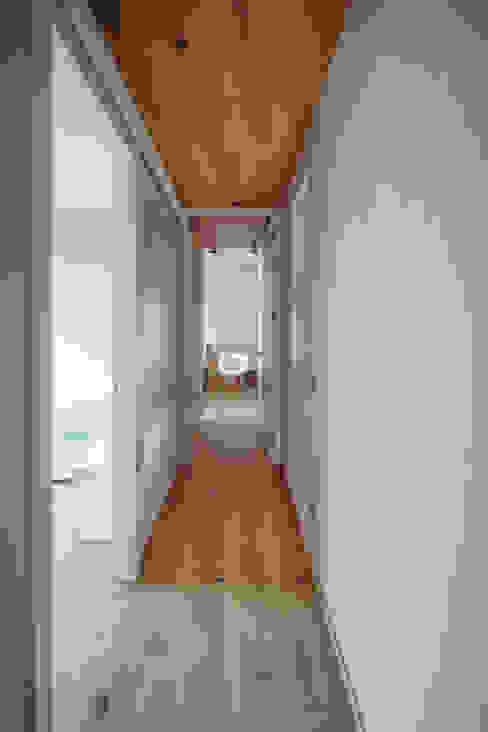 Lago di Como - Effetto Grezzo: Ingresso & Corridoio in stile  di Bolefloor ,