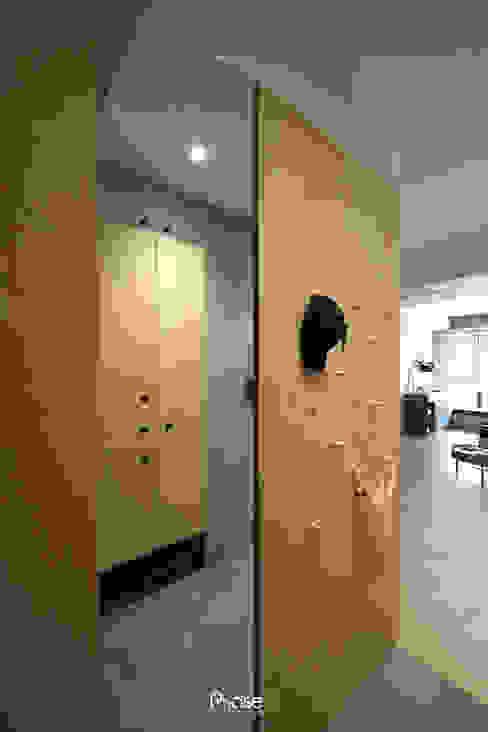 Apartment P:  走廊 & 玄關 by 六相設計 Phase6, 隨意取材風